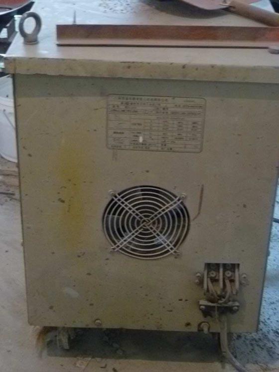 电焊机电源输入端无防护罩   (处罚500元)
